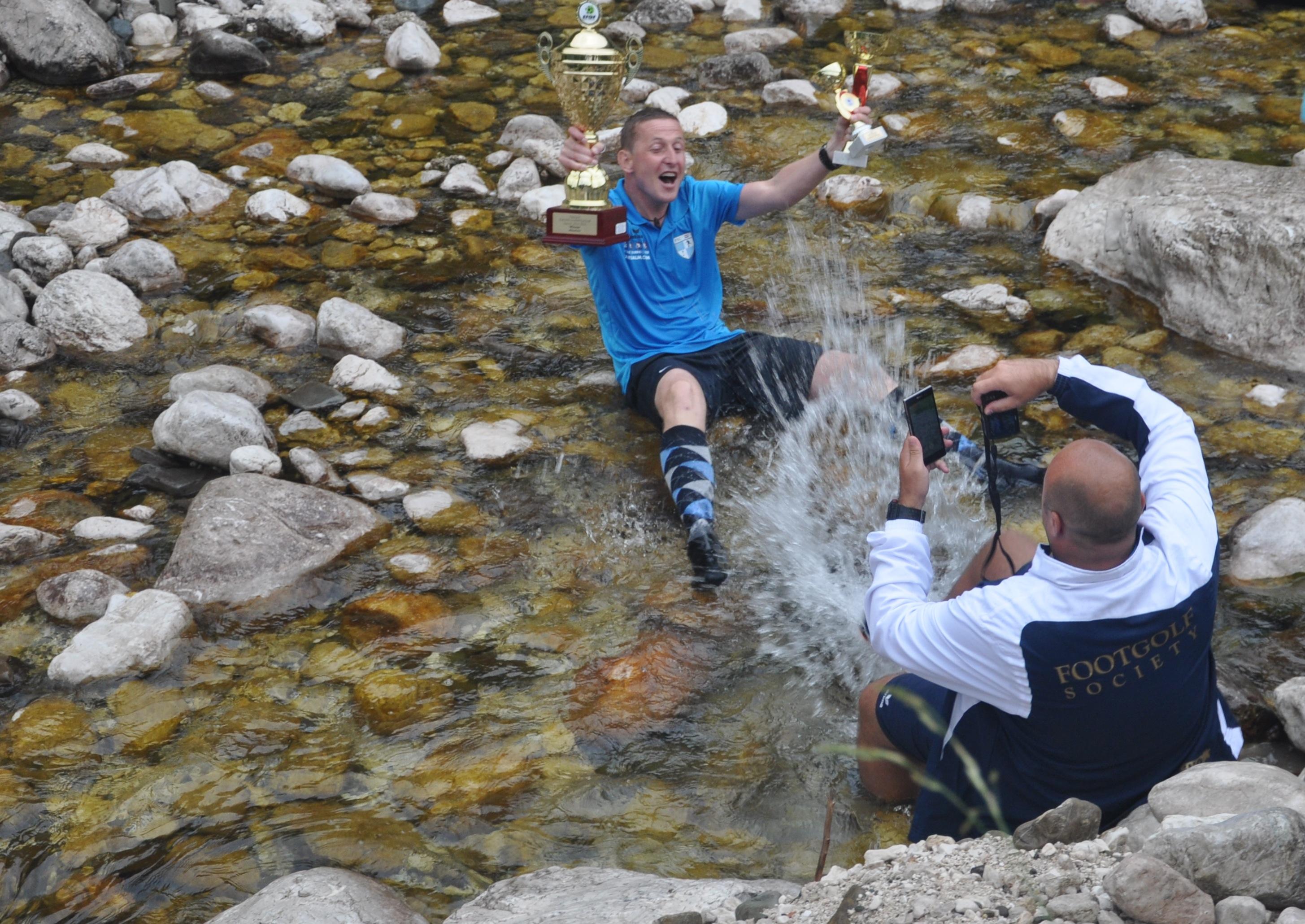 Bjorn Bulk v potoku Gljun na golf igrišču Bovec